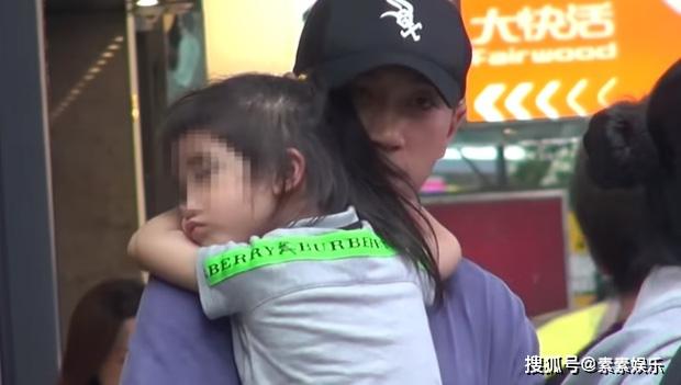 Xót xa hình ảnh cô con gái 5 tuổi ôm chặt Lưu Khải Uy không rời, Dương Mịch lại bị réo tên vì vô trách nhiệm - Ảnh 1.