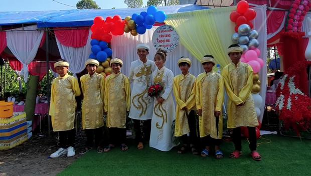 Một YouTuber đình đám của Việt Nam vừa cưới vợ, sính lễ vô cùng khác lạ nhưng cũng chưa gây chú ý bằng dàn phù rể - Ảnh 6.