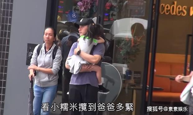 Xót xa hình ảnh cô con gái 5 tuổi ôm chặt Lưu Khải Uy không rời, Dương Mịch lại bị réo tên vì vô trách nhiệm - Ảnh 3.