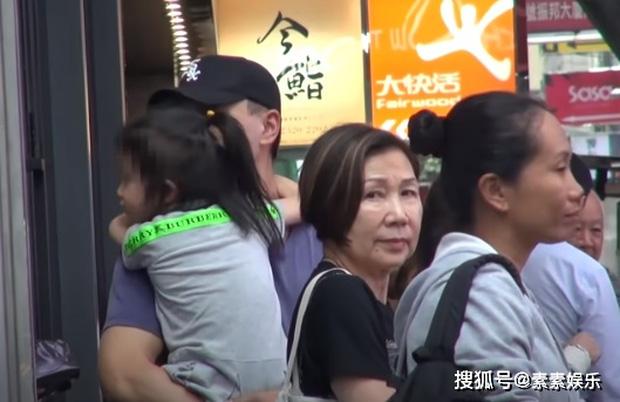 Xót xa hình ảnh cô con gái 5 tuổi ôm chặt Lưu Khải Uy không rời, Dương Mịch lại bị réo tên vì vô trách nhiệm - Ảnh 4.