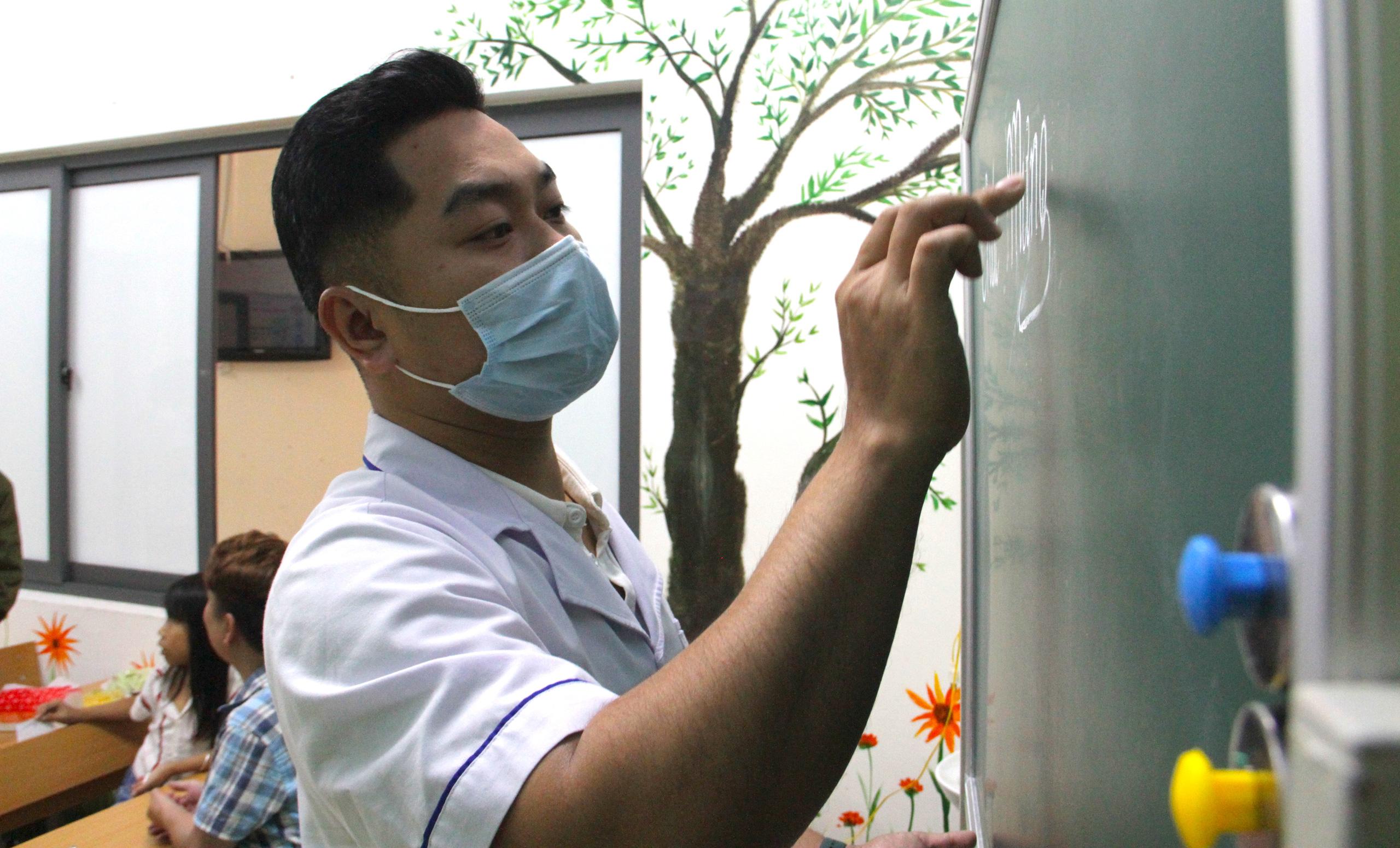 Lớp học đặc biệt trong trung tâm truyền máu, thầy cô là những người khoác áo blouse trắng - Ảnh 6.
