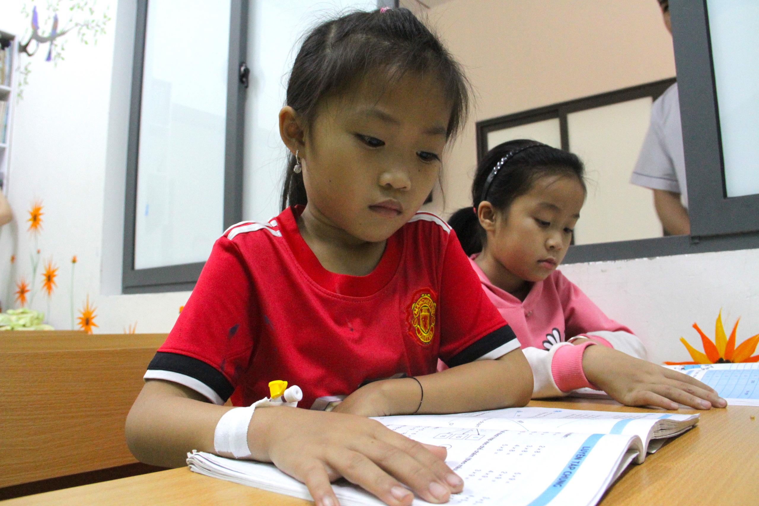 Lớp học đặc biệt trong trung tâm truyền máu, thầy cô là những người khoác áo blouse trắng - Ảnh 12.