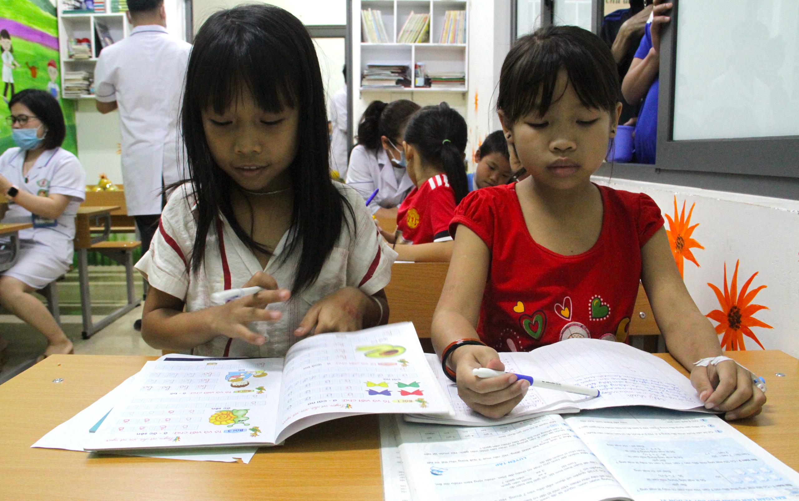 Lớp học đặc biệt trong trung tâm truyền máu, thầy cô là những người khoác áo blouse trắng - Ảnh 7.