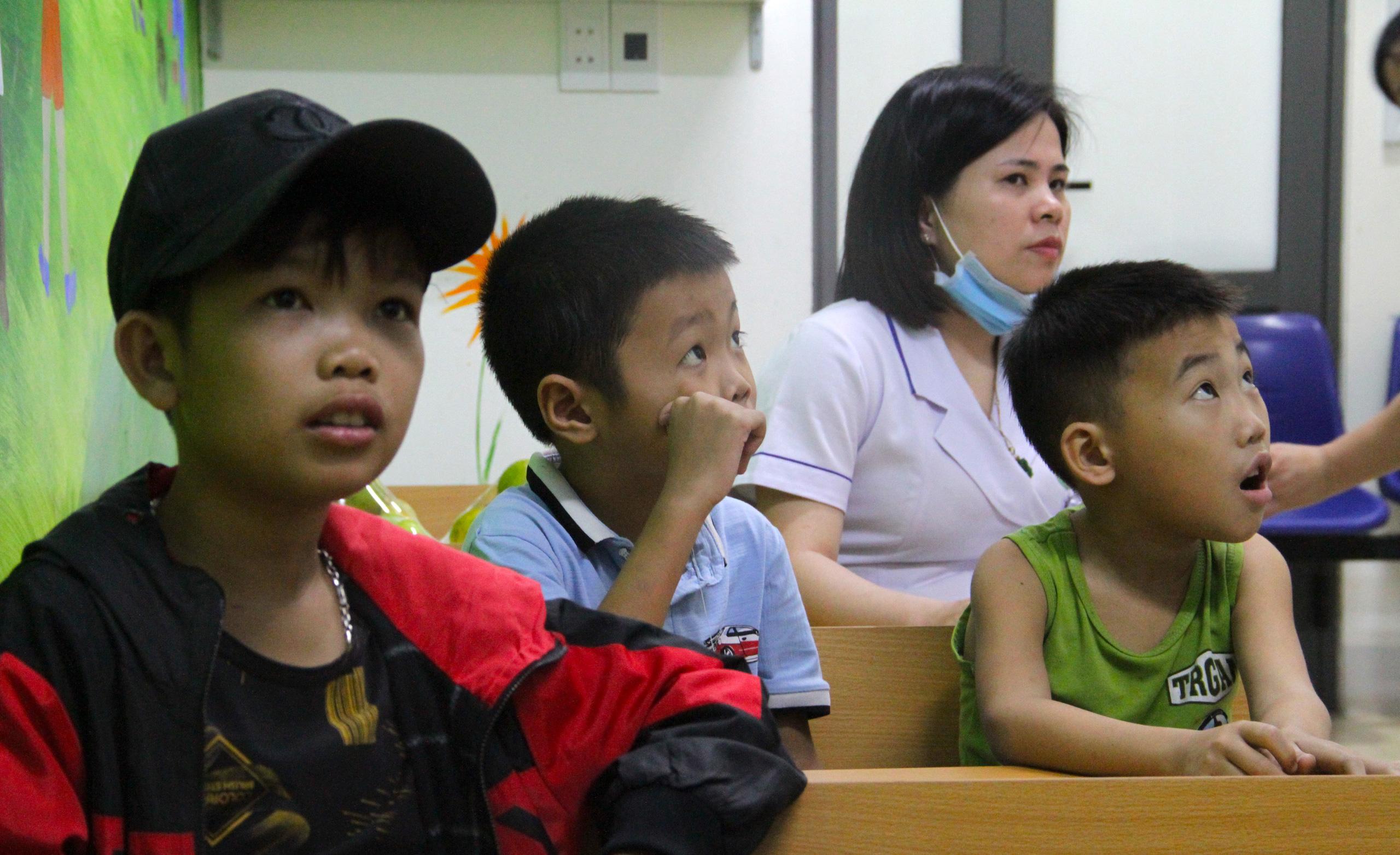 Lớp học đặc biệt trong trung tâm truyền máu, thầy cô là những người khoác áo blouse trắng - Ảnh 11.
