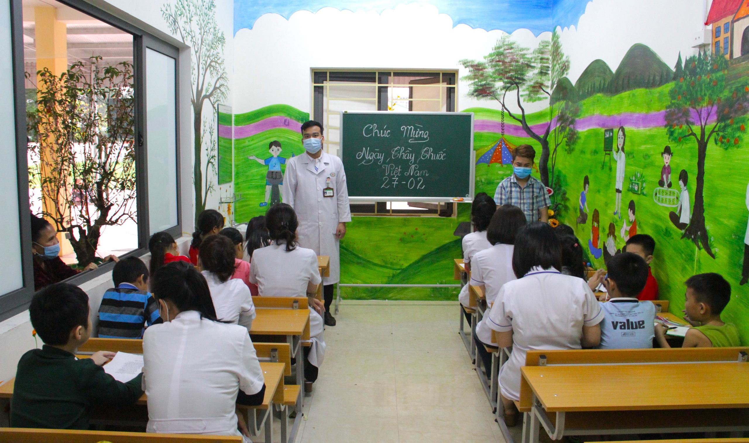 Lớp học đặc biệt trong trung tâm truyền máu, thầy cô là những người khoác áo blouse trắng - Ảnh 1.