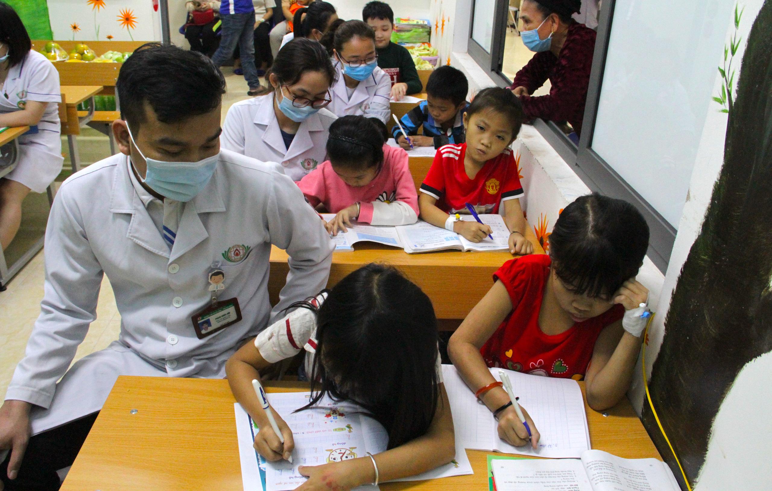 Lớp học đặc biệt trong trung tâm truyền máu, thầy cô là những người khoác áo blouse trắng - Ảnh 14.