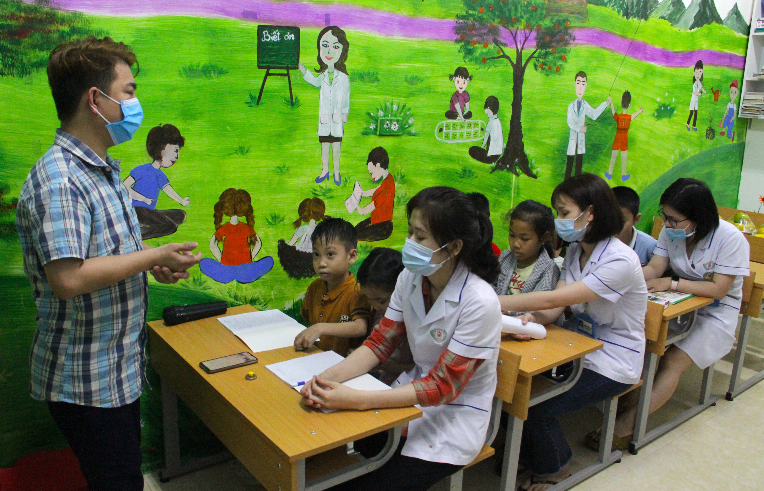 Lớp học đặc biệt trong trung tâm truyền máu, thầy cô là những người khoác áo blouse trắng - Ảnh 4.