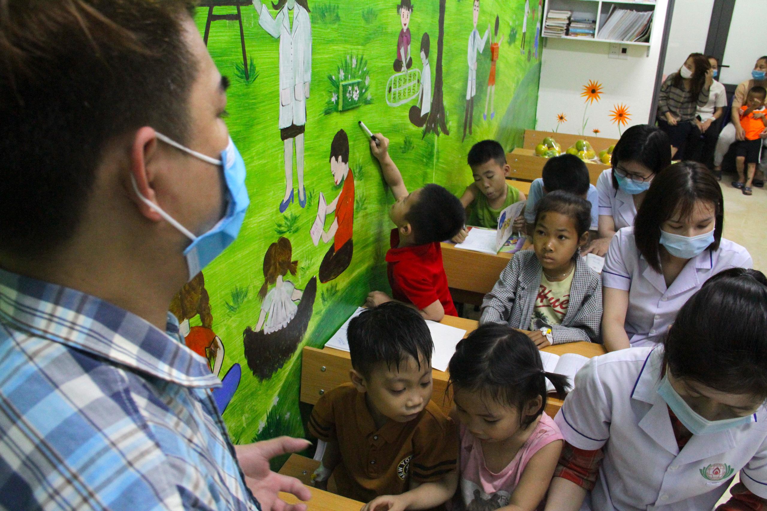 Lớp học đặc biệt trong trung tâm truyền máu, thầy cô là những người khoác áo blouse trắng - Ảnh 8.