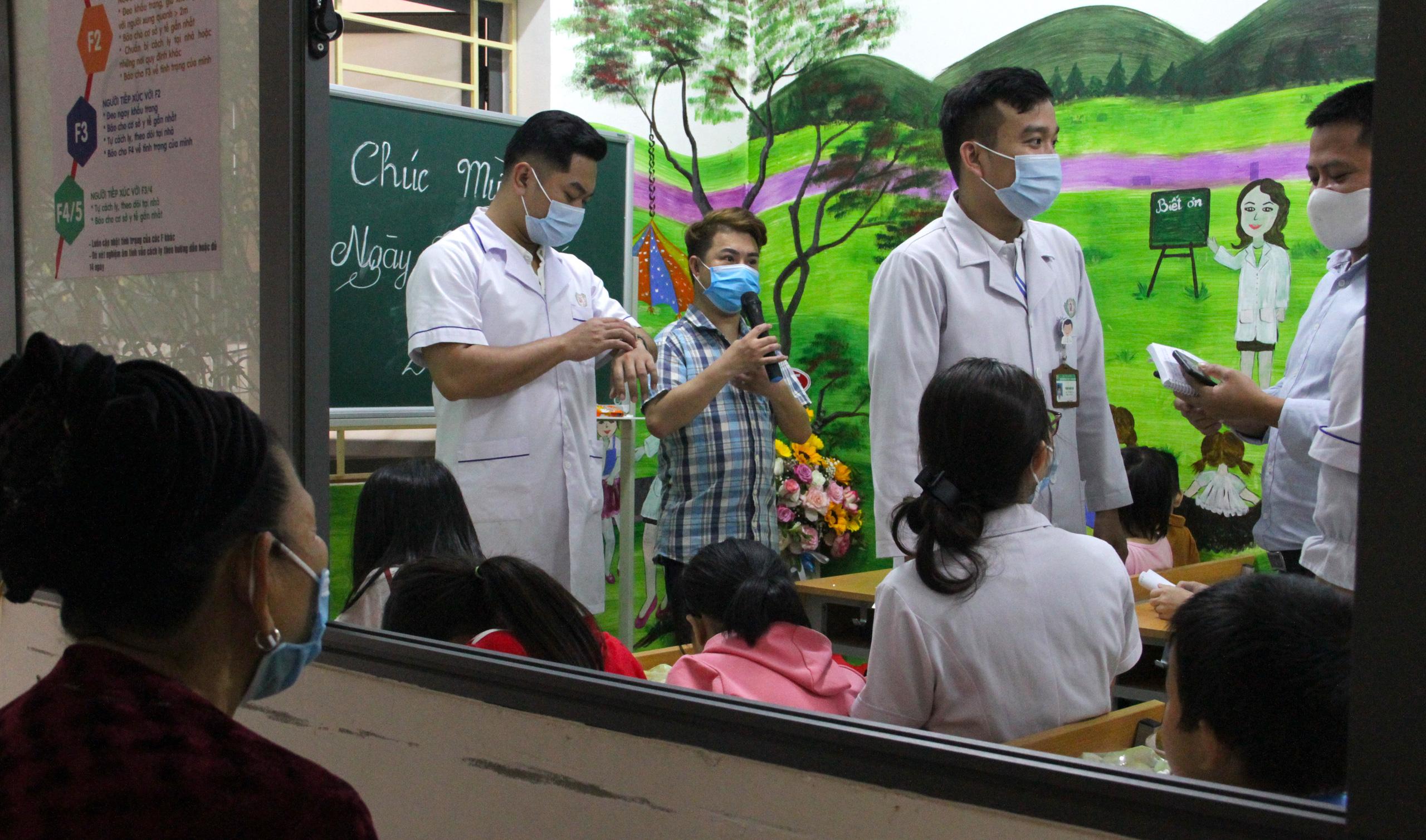 Lớp học đặc biệt trong trung tâm truyền máu, thầy cô là những người khoác áo blouse trắng - Ảnh 2.