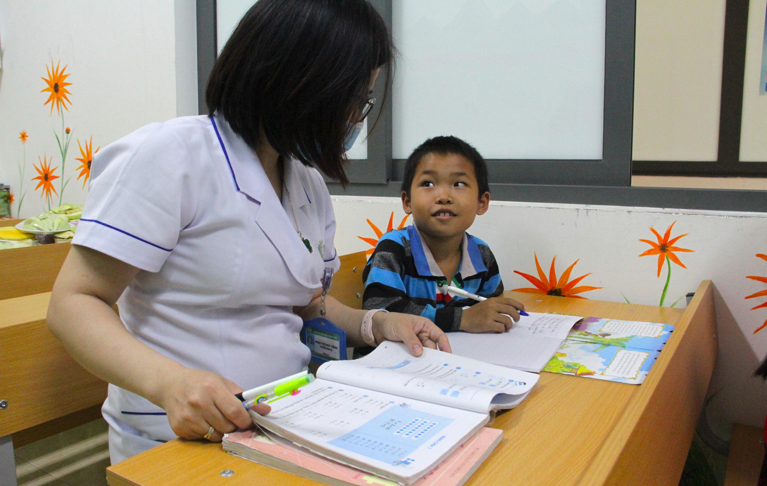 Lớp học đặc biệt trong trung tâm truyền máu, thầy cô là những người khoác áo blouse trắng - Ảnh 16.