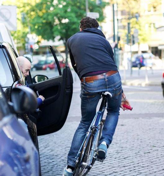 Những nguyên tắc an toàn khi mở cửa xe không phải ai cũng biết - Ảnh 1.