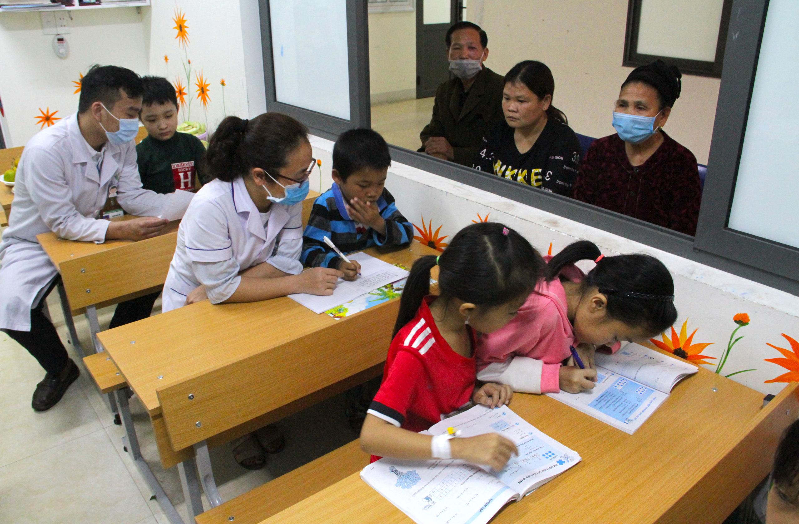 Lớp học đặc biệt trong trung tâm truyền máu, thầy cô là những người khoác áo blouse trắng - Ảnh 15.