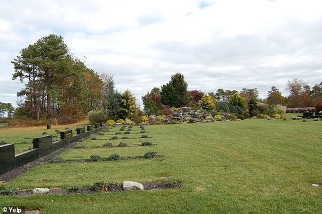 Mỹ: Nhân viên nghĩa trang bị 'chôn sống' khi đang hăng say đào huyệt - ảnh 1
