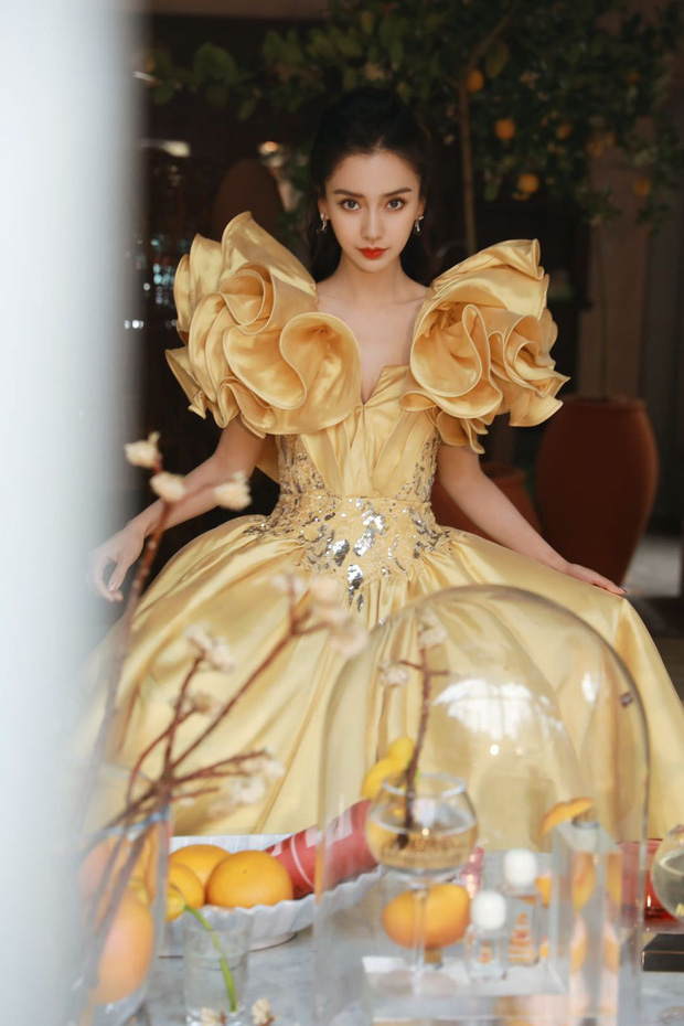 Màn đọ sắc khốc liệt nhất Cbiz hôm nay: Angela Baby hoá công chúa Belle, so kè từng milimet với Nhiệt Ba - Triệu Lệ Dĩnh - Ảnh 6.