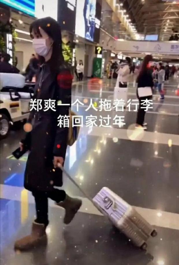 Xôn xao hình ảnh Trịnh Sảng lộ diện sau scandal: Cúi gằm mặt, mệt mỏi kéo vali một mình về quê ăn Tết? - Ảnh 1.