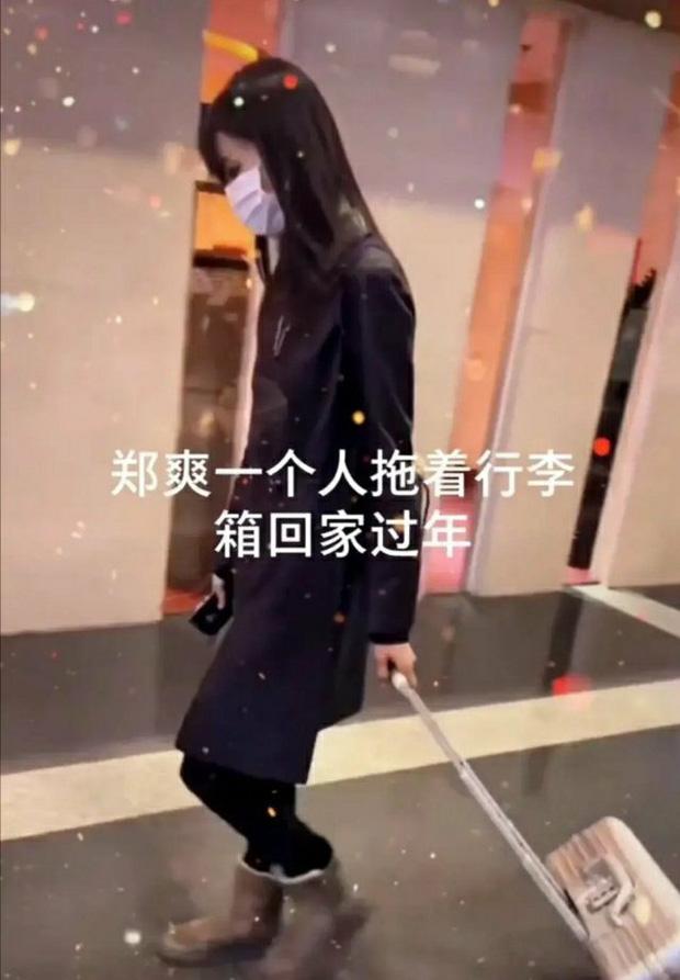 Xôn xao hình ảnh Trịnh Sảng lộ diện sau scandal: Cúi gằm mặt, mệt mỏi kéo vali một mình về quê ăn Tết? - Ảnh 2.