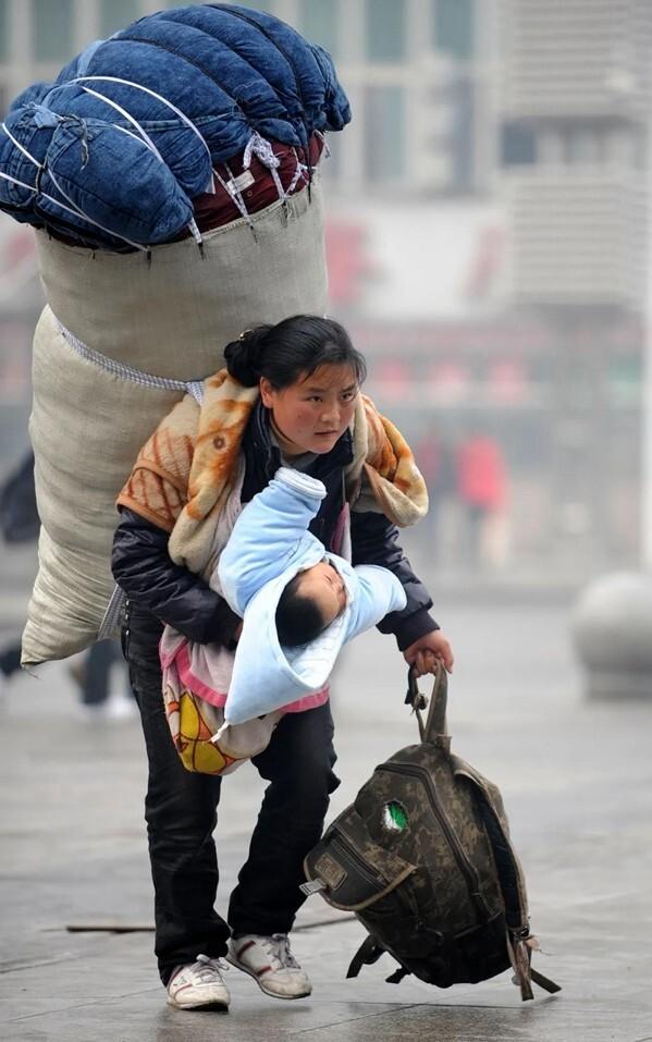 Bà mẹ cõng bao tải khổng lồ, ôm con nhỏ nổi tiếng chỉ nhờ bức ảnh, đổi đời ngoạn mục sau 11 năm - Ảnh 1.