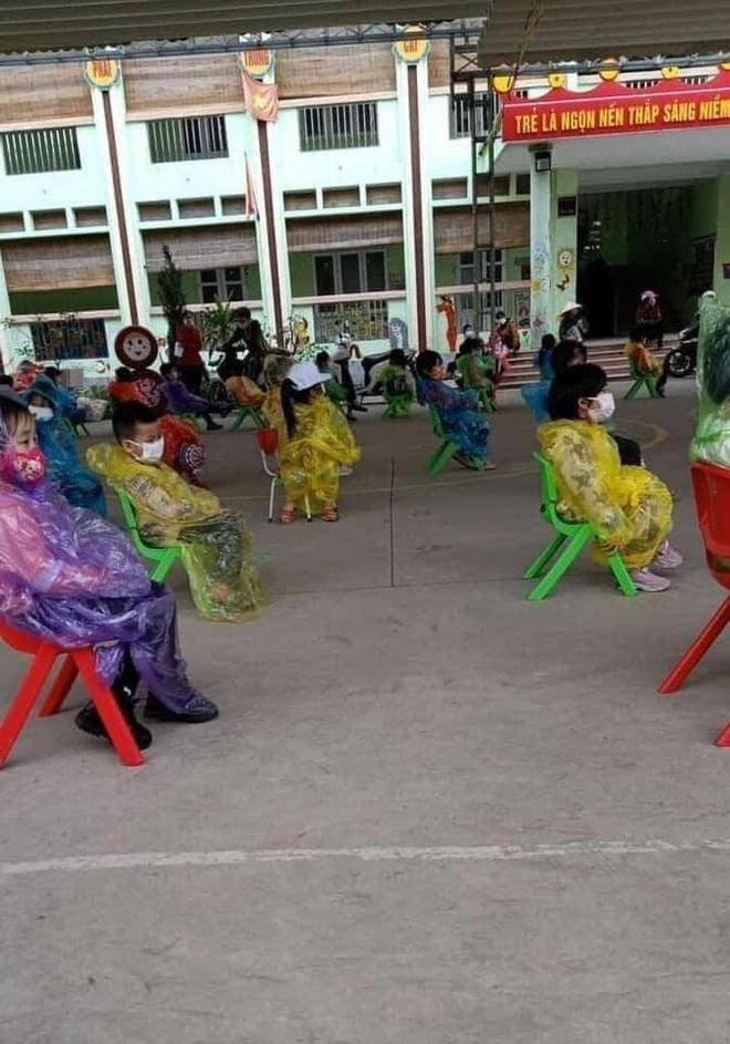 Nhìn hình ảnh các em nhỏ Hải Dương mặc áo mưa, đeo khẩu trang kín mít phòng dịch Covid-19 mà thương! - Ảnh 3.