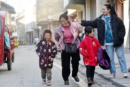Bà mẹ cõng bao tải khổng lồ, ôm con nhỏ nổi tiếng chỉ nhờ bức ảnh, đổi đời ngoạn mục sau 11 năm - Ảnh 3.
