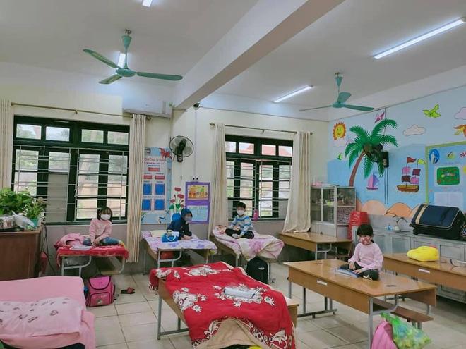 Nhìn hình ảnh các em nhỏ Hải Dương mặc áo mưa, đeo khẩu trang kín mít phòng dịch Covid-19 mà thương! - Ảnh 5.