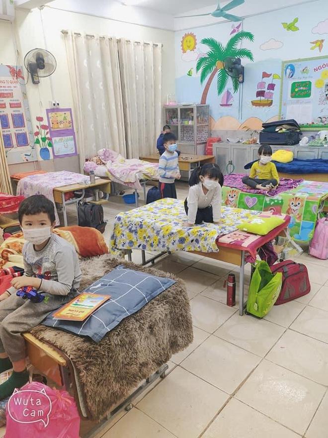 Nhìn hình ảnh các em nhỏ Hải Dương mặc áo mưa, đeo khẩu trang kín mít phòng dịch Covid-19 mà thương! - Ảnh 6.