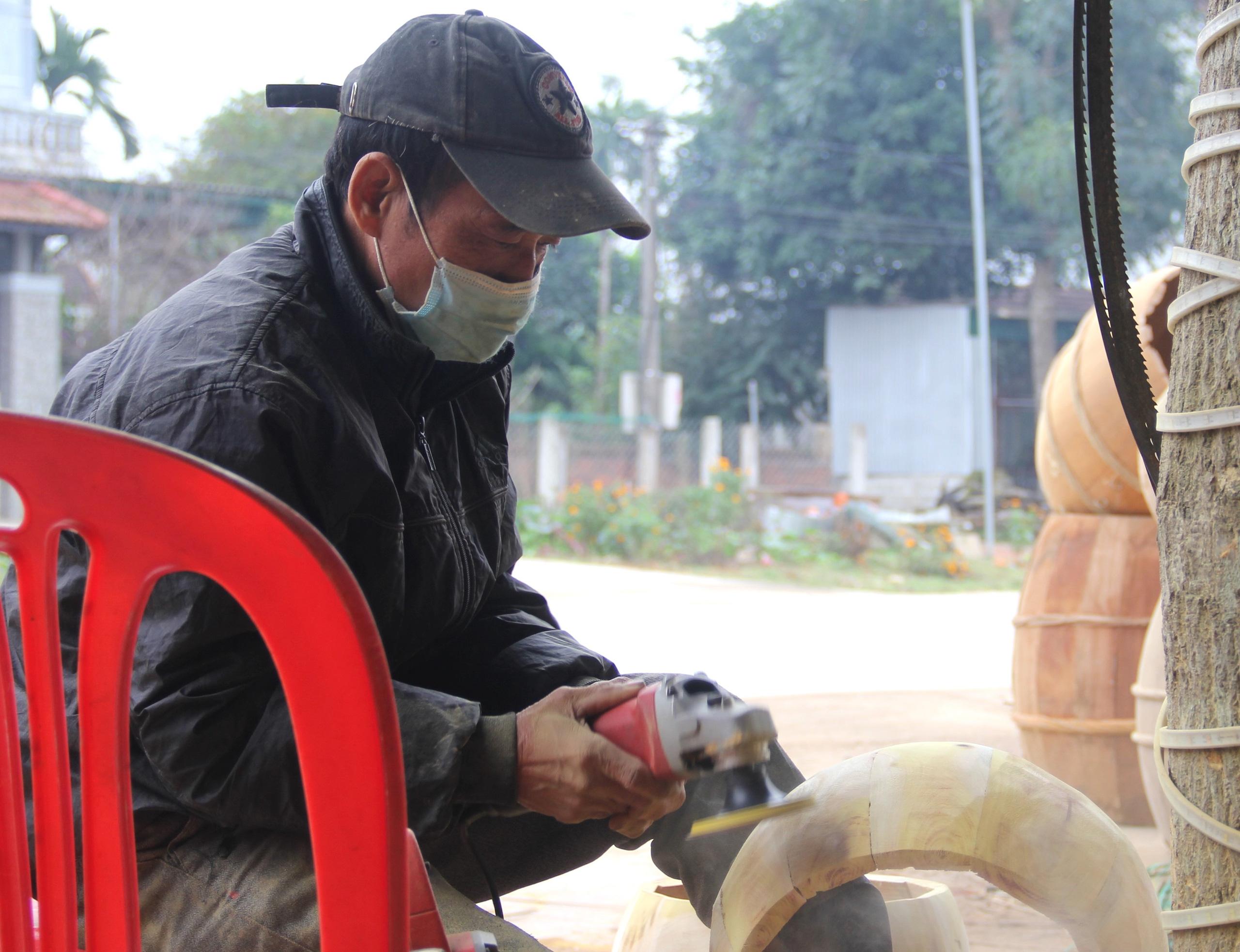Cận cảnh quá trình thuộc da trâu, bò làm trống của những người thợ tài hoa - Ảnh 6.