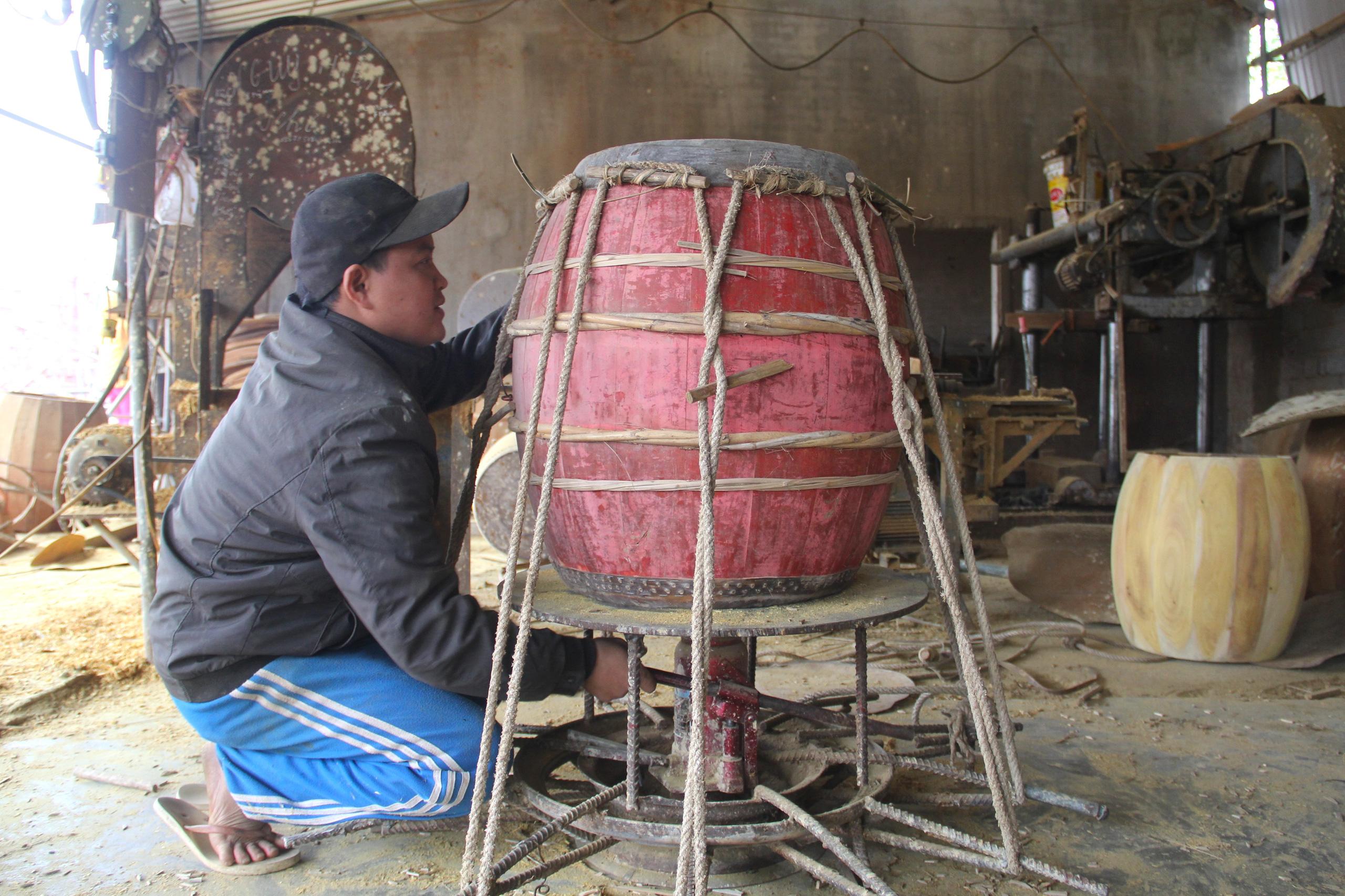 Cận cảnh quá trình thuộc da trâu, bò làm trống của những người thợ tài hoa - Ảnh 10.