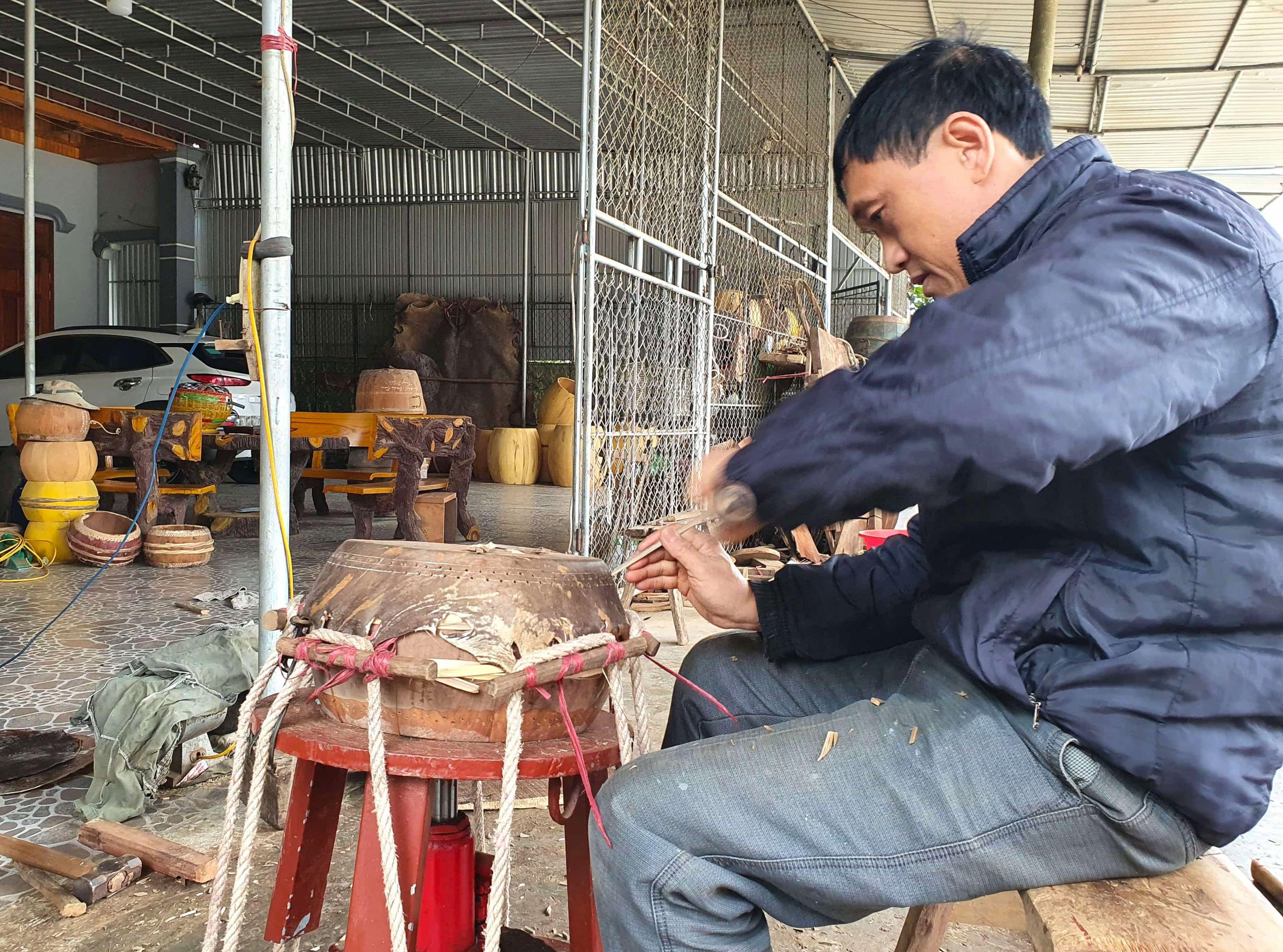 Cận cảnh quá trình thuộc da trâu, bò làm trống của những người thợ tài hoa - Ảnh 9.
