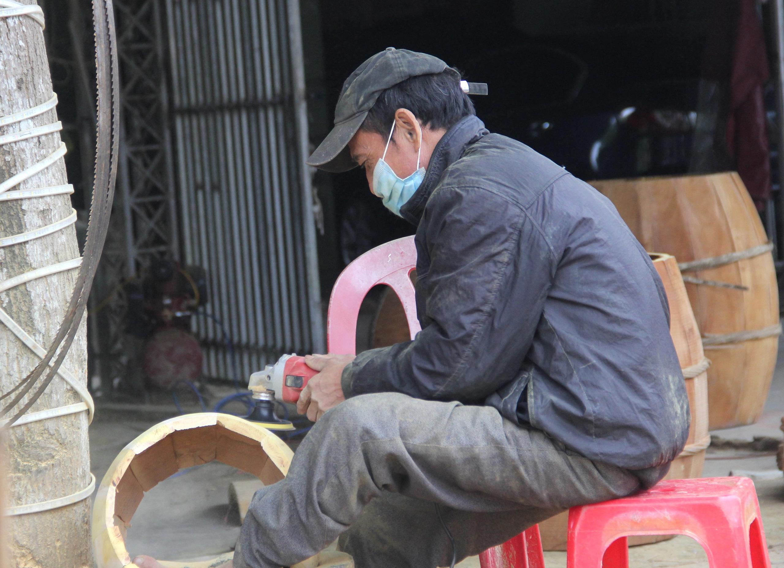 Cận cảnh quá trình thuộc da trâu, bò làm trống của những người thợ tài hoa - Ảnh 4.