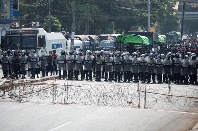 Myanmar: Dân tránh gọi điện thoại, dùng mật mã vì sợ bị nghe lén - Ảnh 2.