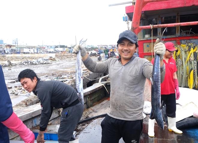 """Tàu thuyền đầy ắp lộc biển"""" nhộn nhịp cập cảng cá lớn nhất miền Trung ngày cận Tết - Ảnh 2."""