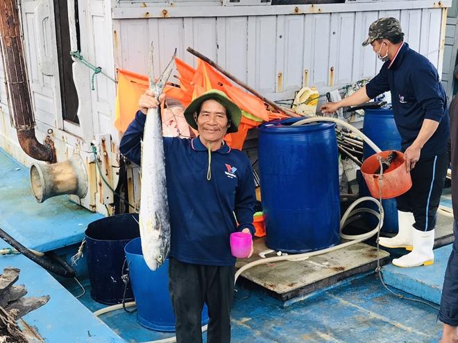 """Tàu thuyền đầy ắp lộc biển"""" nhộn nhịp cập cảng cá lớn nhất miền Trung ngày cận Tết - Ảnh 3."""