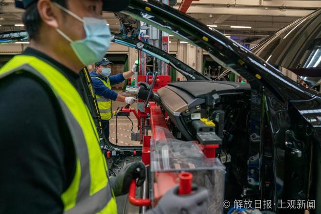 Bên trong siêu nhà máy Tesla Thượng Hải: Chủ tịch ngồi cạnh dây chuyền sản xuất, mọi thứ tự động hóa tối đa, dấu vết từng con ốc đều có thể truy xuất - Ảnh 11.