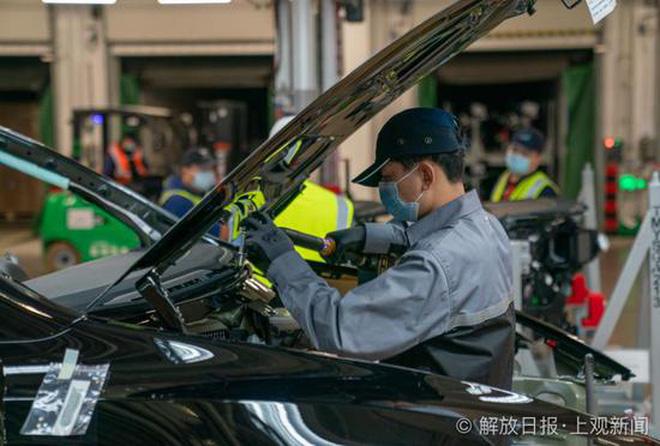 Bên trong siêu nhà máy Tesla Thượng Hải: Chủ tịch ngồi cạnh dây chuyền sản xuất, mọi thứ tự động hóa tối đa, dấu vết từng con ốc đều có thể truy xuất - Ảnh 3.