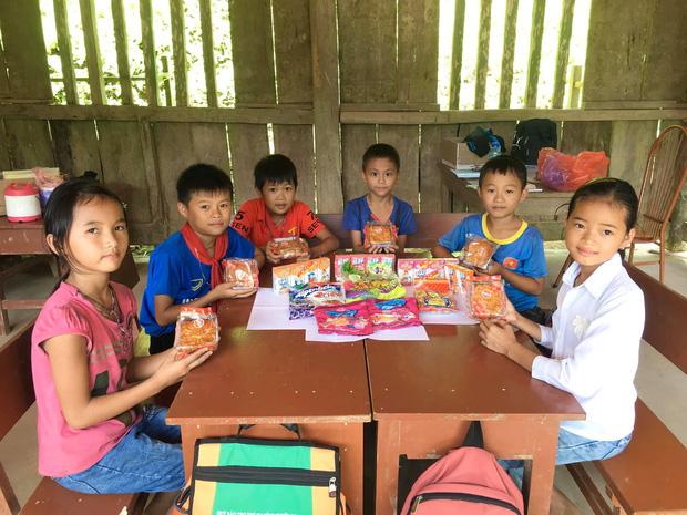 2 nam sinh người Nùng địu em đến lớp: Nhà nghèo, dậy từ 4h sáng vượt đèo đi bộ đến trường nhưng học lực giỏi, chăm học - Ảnh 3.
