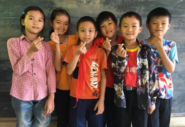 2 nam sinh người Nùng địu em đến lớp: Nhà nghèo, dậy từ 4h sáng vượt đèo đi bộ đến trường nhưng học lực giỏi, chăm học - Ảnh 4.