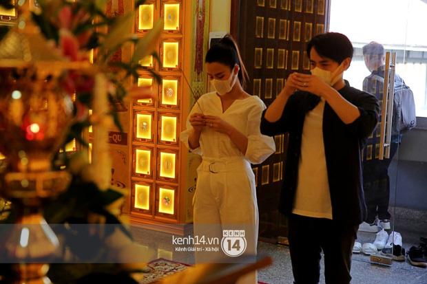 Xót xa hình ảnh Đông Nhi khóc nghẹn, Ông Cao Thắng ôm chặt vợ vỗ về khi nhìn thấy di ảnh của phù thuỷ trang điểm Minh Lộc - Ảnh 1.