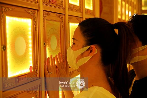 Xót xa hình ảnh Đông Nhi khóc nghẹn, Ông Cao Thắng ôm chặt vợ vỗ về khi nhìn thấy di ảnh của phù thuỷ trang điểm Minh Lộc - Ảnh 2.