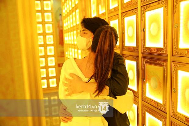 Xót xa hình ảnh Đông Nhi khóc nghẹn, Ông Cao Thắng ôm chặt vợ vỗ về khi nhìn thấy di ảnh của phù thuỷ trang điểm Minh Lộc - Ảnh 6.