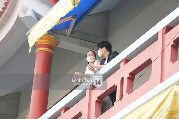 Xót xa hình ảnh Đông Nhi khóc nghẹn, Ông Cao Thắng ôm chặt vợ vỗ về khi nhìn thấy di ảnh của phù thuỷ trang điểm Minh Lộc - Ảnh 9.