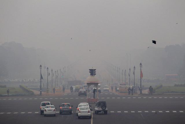 Nhiều khu vực ở Trung Quốc ô nhiễm nặng, ban ngày sương mù dày đặc, không có nắng - Ảnh 1.