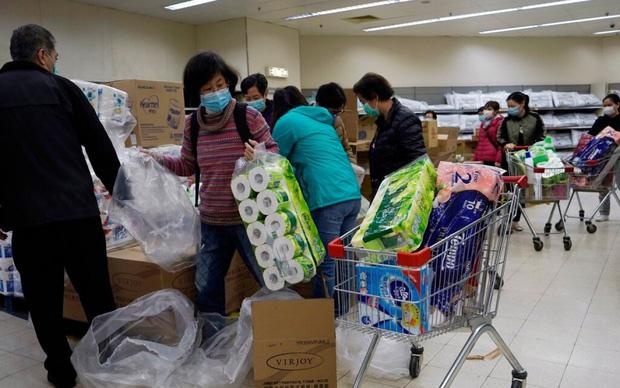 Nhóm cướp giấy toilet ở Hong Kong hồi đầu dịch Covid-19 bị tống giam hơn 3 năm - Ảnh 1.