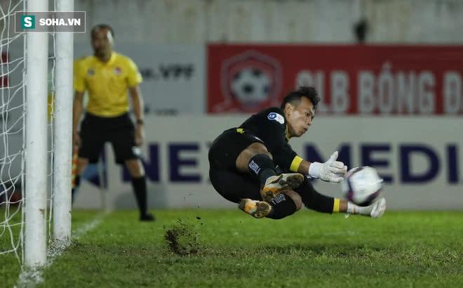 Sau quả 11m hú hồn của á quân V.League, là gương mặt nửa mừng nửa lo nơi thầy Park - Ảnh 1.