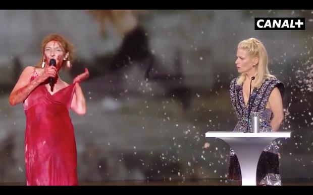 Nữ diễn viên Pháp khỏa thân trên sân khấu để phản đối lệnh hạn chế phòng COVID-19 - Ảnh 3.