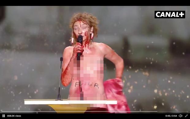Nữ diễn viên Pháp khỏa thân trên sân khấu để phản đối lệnh hạn chế phòng COVID-19 - Ảnh 5.