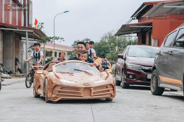 Ông bố trẻ chế tạo siêu xe Bugatti Centodieci bằng gỗ tặng con trai, chiều nào cũng vi vu trên đường - Ảnh 6.