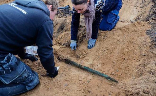 Miệt mài khai quật đường ống dẫn khí, một nhóm người bất ngờ tìm thấy báu vật dưới lòng đất - Ảnh 1.