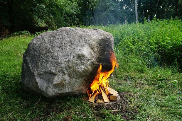 Bí ẩn tảng đá cứ đốt nóng là phát sóng Wifi - Ảnh 1.