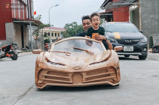 Ông bố trẻ chế tạo siêu xe Bugatti Centodieci bằng gỗ tặng con trai, chiều nào cũng vi vu trên đường - Ảnh 7.