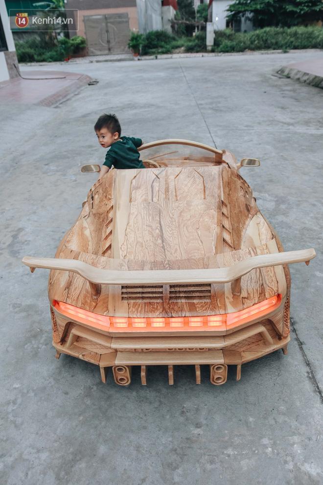 Ông bố trẻ chế tạo siêu xe Bugatti Centodieci bằng gỗ tặng con trai, chiều nào cũng vi vu trên đường - Ảnh 4.